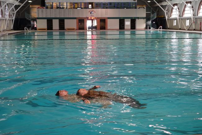 陸戰隊員帶著戰友在水中訓練。(記者金春香/攝影)
