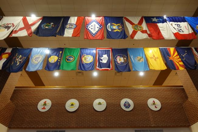 訓練基地掛出各色軍旗。(記者金春香/攝影)