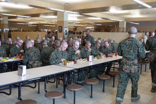 新兵吃午餐,在餐桌上也展現了紀律。(記者金春香/攝影)
