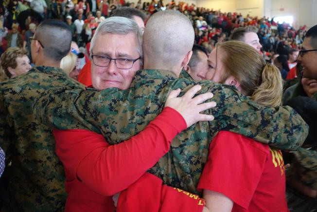 新兵通過考驗,畢業典禮與家人相擁。(記者金春香/攝影)