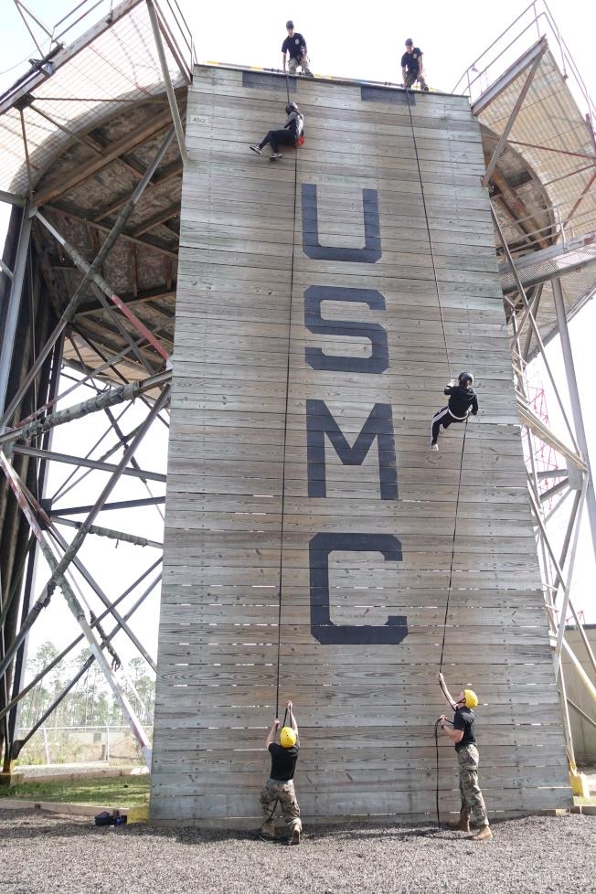 新兵進行援繩攀登訓練。(記者金春香/攝影)