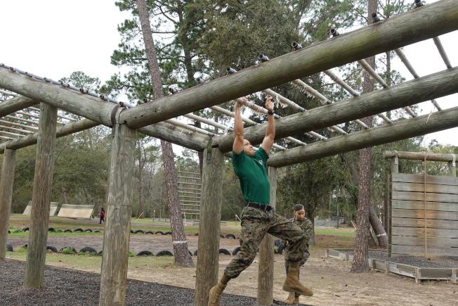 新兵訓練鍛練臂力。(記者金春香/攝影)
