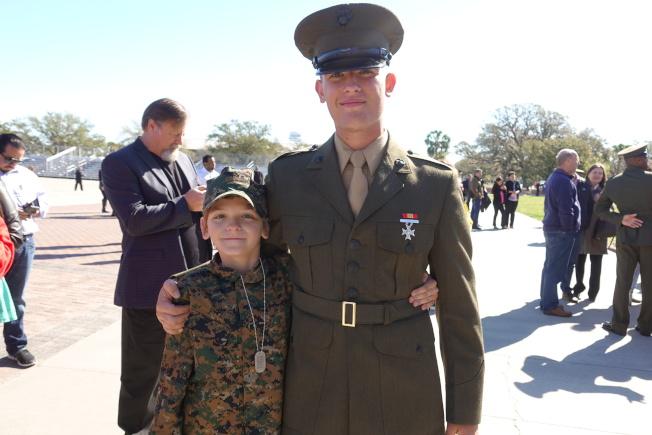 新兵畢業典禮家人相擁,看打扮裝束,可能又是下一代陸戰隊員。(記者金春香/攝影)