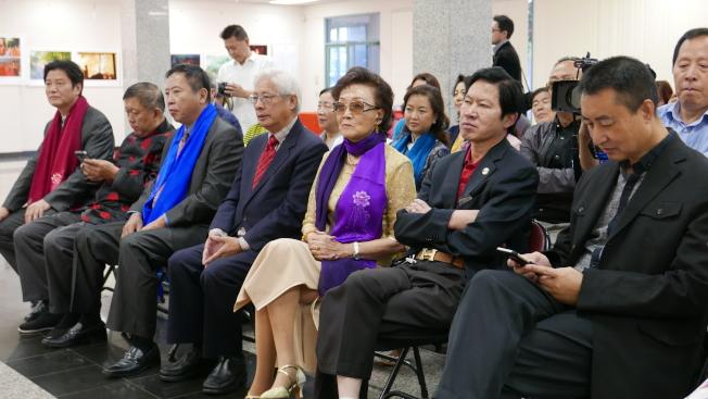 「佛影禪心」攝影作品展開幕,僑界領導祝賀。(記者李雪/攝影)