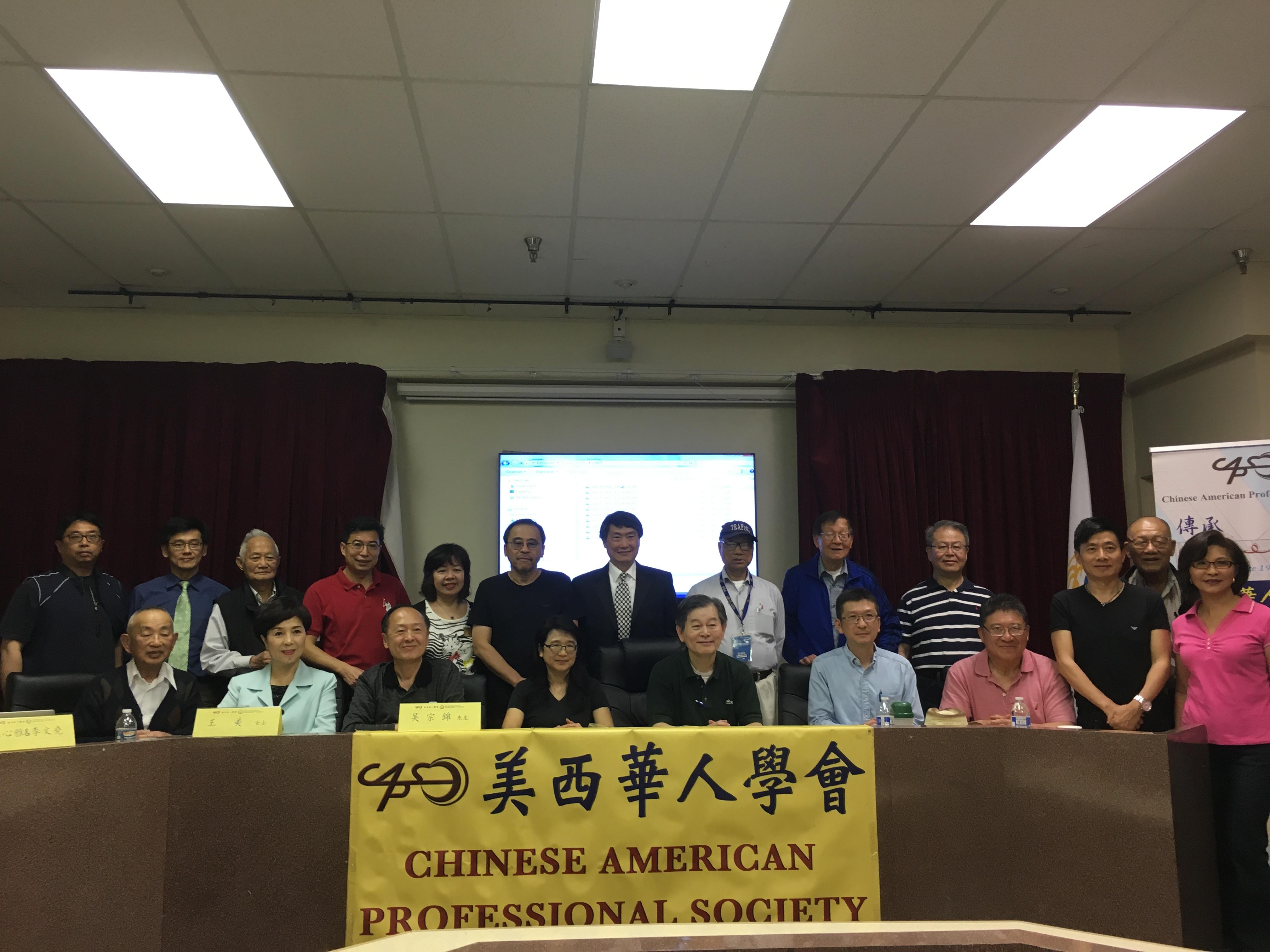 北美南加州華人寫作協會與美西華人學會主要成員皆參與新書講座,作者林心雅(前排左四)與李文堯 (後排左六)與民眾分享心路歷程。(記者謝雨珊/攝影)