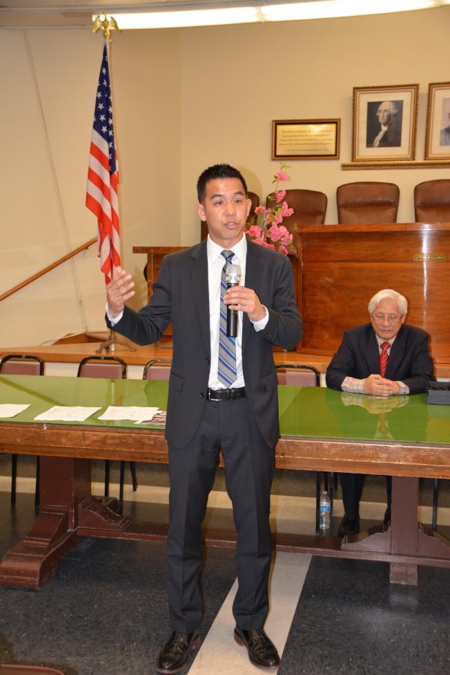 越華裔第二代移民莫宇澤(Steven Mac)參加第34選區國會眾議員競選,4月4日投票希望華埠選民支持。(記者高梓原/攝影)