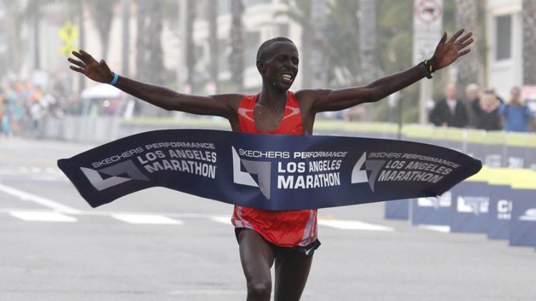 首次參加洛杉磯馬拉松大賽的肯亞選手Elisha Barno,就以2小時11分51秒勇奪冠軍,本屆大賽肯亞選手第14度囊括男子組前三名。(洛杉磯時報)