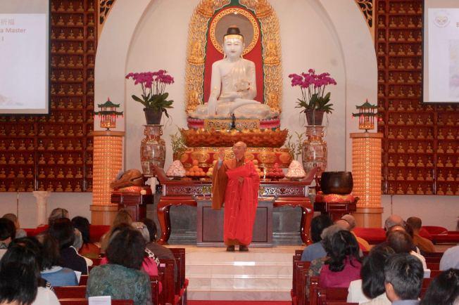 玉佛寺宏意法師在法會中講解何為慈悲。(記者陳開/攝影)