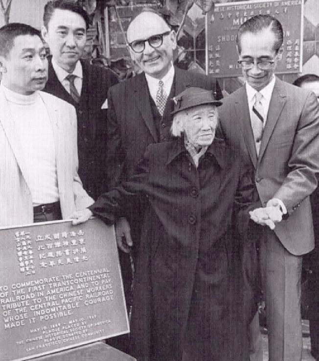1969年胡垣坤(左一)推動加州肯定華工在興建鐵路的貢獻。(華人歷史學會提供)