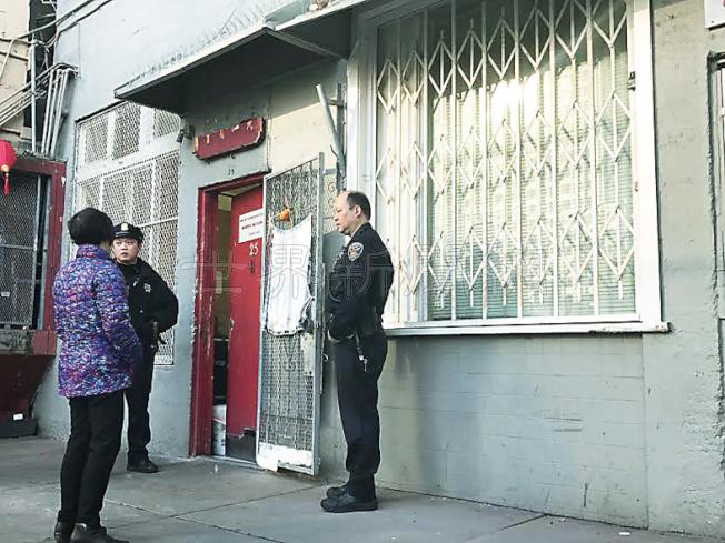 今年元月底華埠黃仁賢堂的大門被人撬破,警方逮捕的嫌犯涉嫌是起火單位的住客。(本報檔案照片,記者李秀蘭攝影)