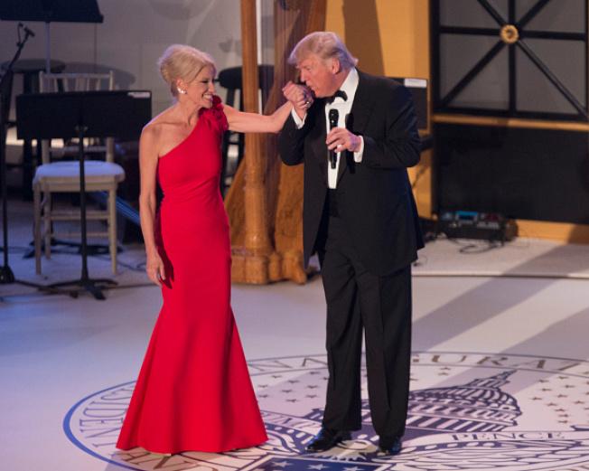 在今年1月慶祝總統就職舞會上,川普當眾感謝康威的汗馬功勞。(Getty Images)