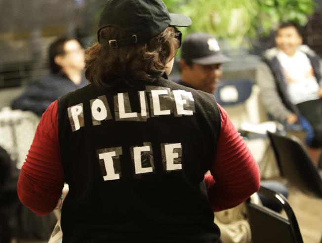 上周紐約市皇后區一家移民維權組織成員假扮成聯邦移民局探員,演練如何應付突檢捉人。(美聯社)
