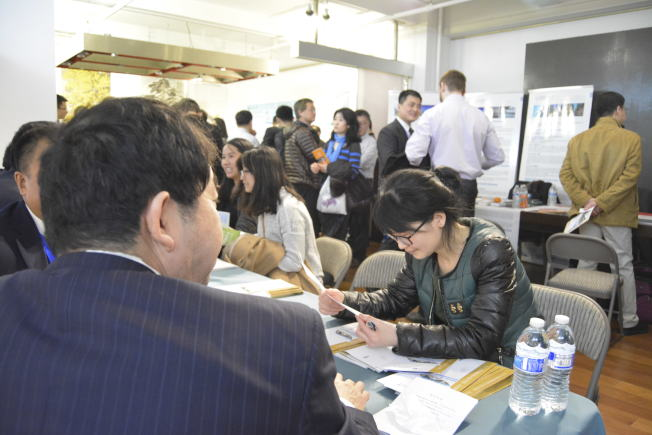 中國留學生積極參加招聘會,了解國內招聘市場需求。(記者俞姝含/攝影)