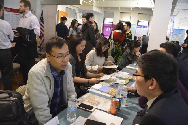 陝西高校專場招聘會的紐約會場上人頭攢動,不少來自知名高校的中國留學生來此爭取回國發展機會。(記者俞姝含/攝影)