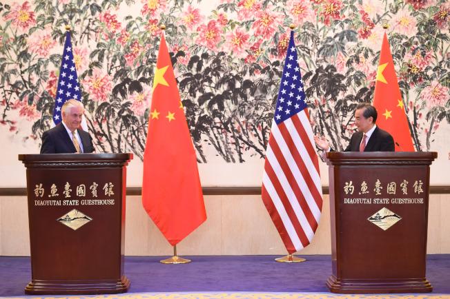 中國外交部部長王毅(右)18日在北京與來訪的美國國務卿提勒森舉行會談,會後雙方舉行共同記者會。(中新社)