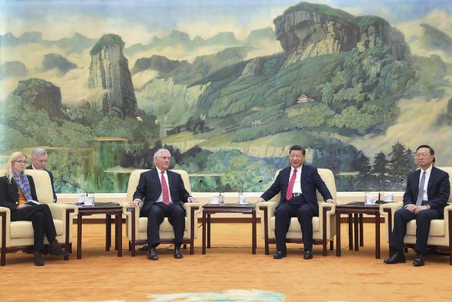 中國國家主席習近平19日在北京人民大會堂福建廳,接見首次到訪的美國國務卿提勒森(左二),並進行會談,強調中美關係重要。右一為中國國務委員楊潔篪,左一為美國務卿幕僚長Margaret Peterlin。(美聯社)
