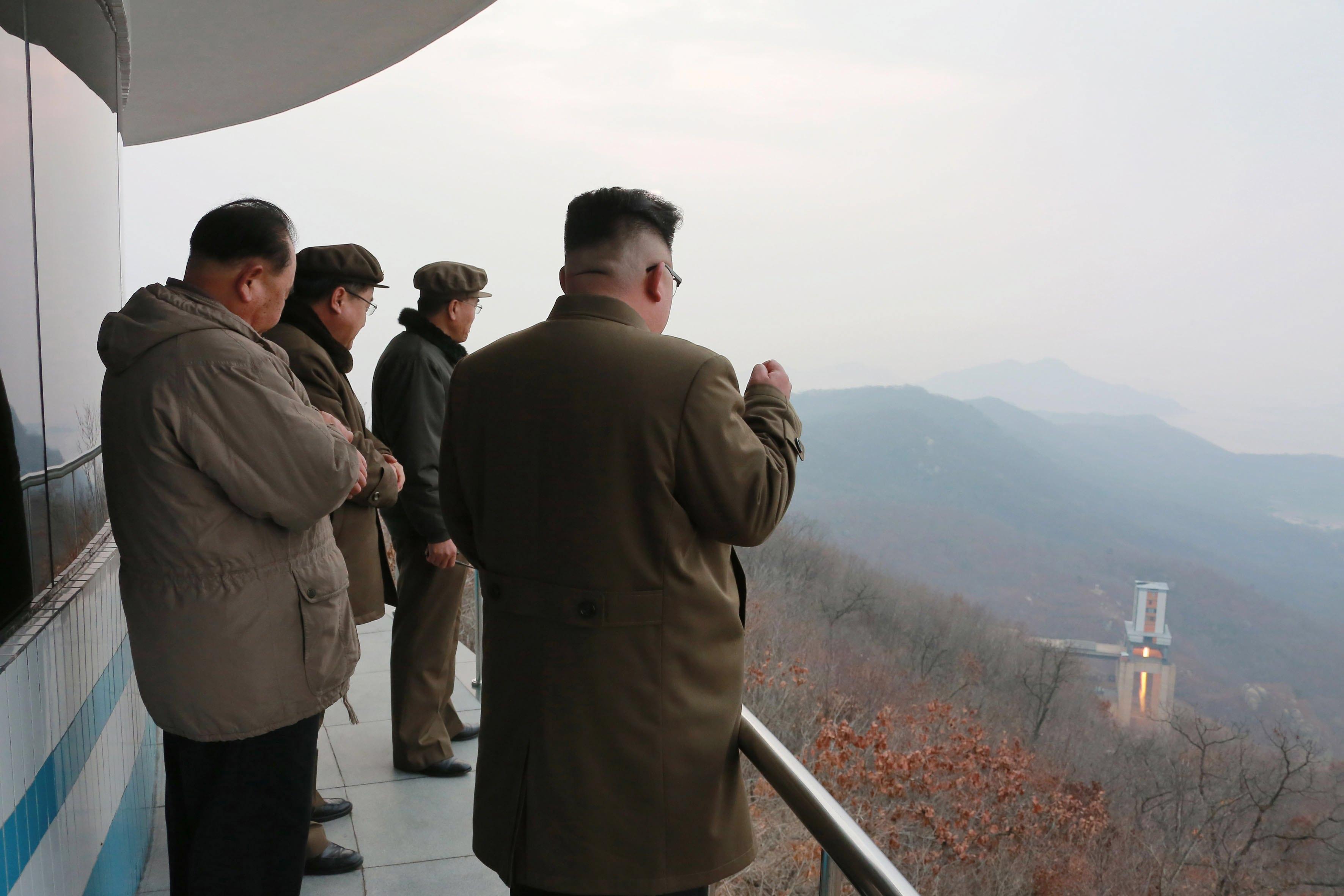 正值美國國務卿提勒森在中國訪問之際,北韓再次公然挑釁,19日高調宣布前一天成功測試新型大功率火箭引擎的地面點火,表示洲際導彈發展能力已進入收尾階段,對美國構成實質潛在壓力。圖為北韓領導人金正恩親自觀看測試。 (歐新社)
