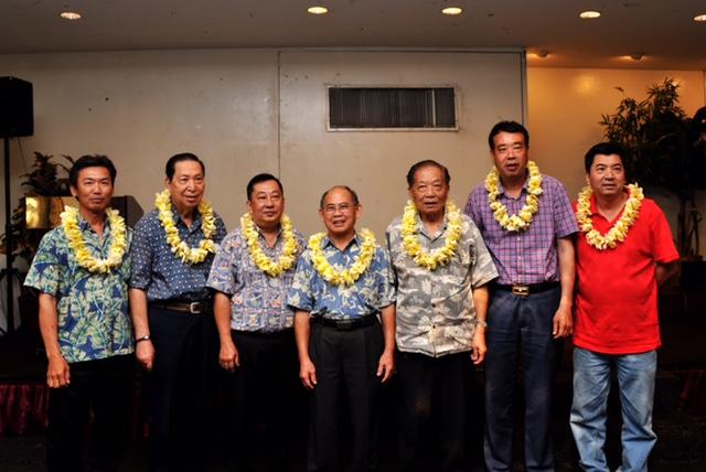 夏威夷華人聯合總會部分新班領導合影,羅鎮成(左起)、彭鶴雲、謝錦輝、李子健主席、陳富、曹象風、李耀強。(檀香山攝影社陳暢德提供)