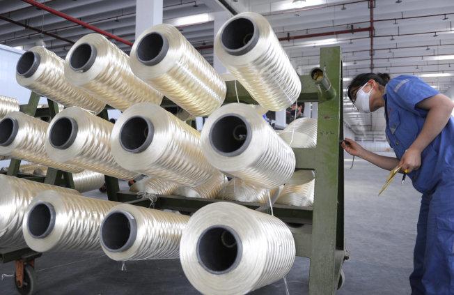 數千家在中國的中小型工廠,原本就已面臨當地勞動成本升高、監管轉嚴的狀況,如今美國總統川普再揚言對中國產品祭出高額關稅,恐成為壓垮這些中小型陸廠和台廠的最後一根稻草。(圖/路透)