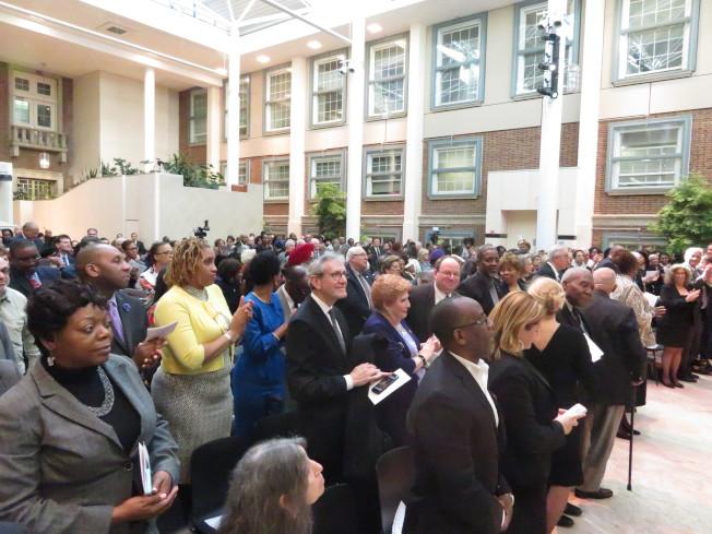 全場民眾都起立向皇后區前區長馬歇爾致敬。(記者陳小寧/攝影)
