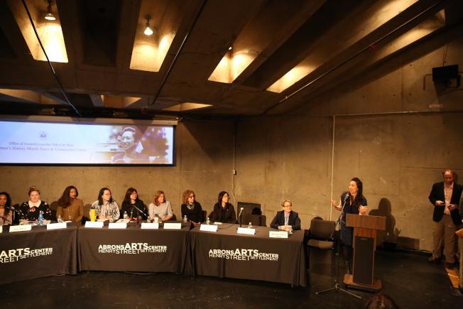 牛毓琳(發言者)主辦女性歷史月論壇,邀請14名各領域成功女性分享經驗並提出建言。(記者洪群超/攝影)