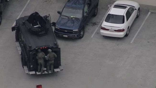 有居住在天普市附近民眾拍下霹靂小組(SWAT)調查開火白人男子駕駛的藏藍色休旅車瞬間。(讀者提供)