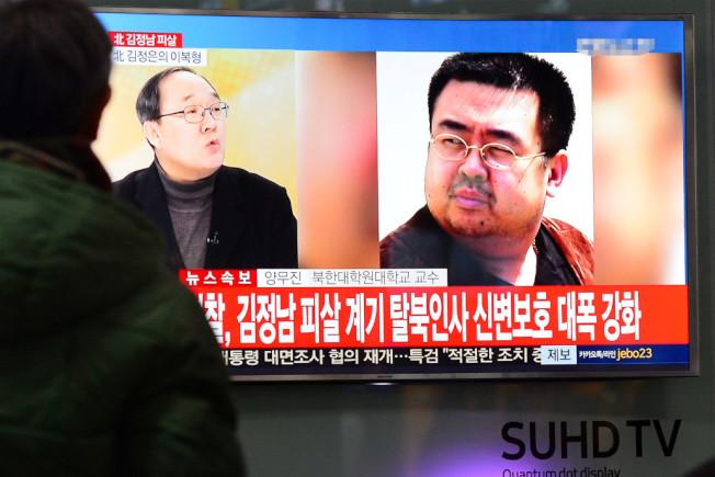 金正男遭毒殺案,馬來西亞新發現一名「重要」嫌犯。圖為一名韓國人在街頭觀看電視牆正在播放有關金正男被殺的新聞。(路透)