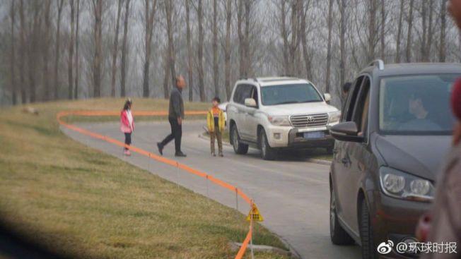 網上一組遊客在大興區北京野生動物園的白虎觀賞自駕區下車遊覽的照片,引發關注。(環球時報)