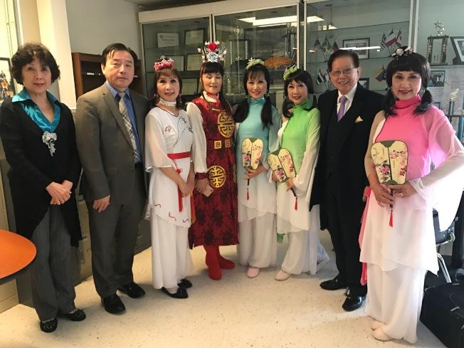 謝漢屏(右二)和王耀明(左二)對「追夢舞蹈隊」的表演表達支持和讚揚。(記者黃少華/攝影)