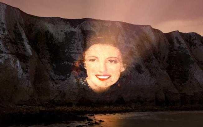 知名歌手薇拉琳恩將她的肖像投影在知名觀光景點多佛白色懸崖(White Cliffs of Dover)上。(取自每日電訊報)