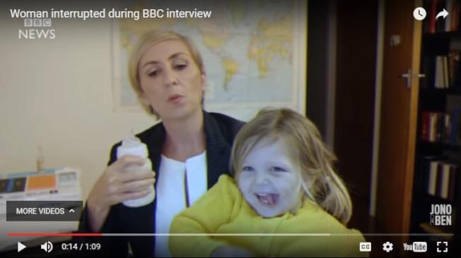 惡搞影片中,女教授正在與主播連線,結果女兒闖進來,教授淡定地把她抱到腿上開始餵奶。(截圖取自Jono and Ben YouTube頻道)