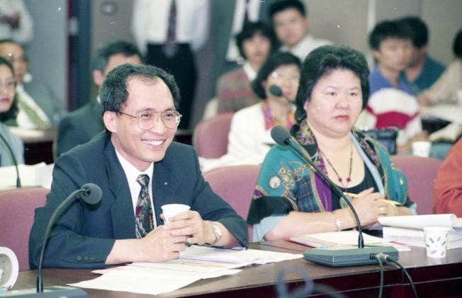 1995年,行政院長林全(左)與高雄市長陳菊(右),當時為台北市財政局長與社會局長陳菊。(本報資料照片)