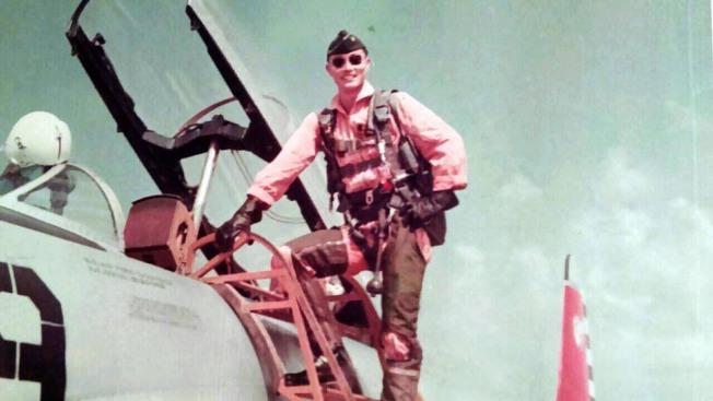 馮世寬年輕時飛F-5E的飛官照。(國防部提供)