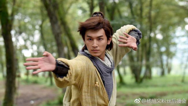 楊旭文為郭靖這個角色投入大量準備。(取材自微博)