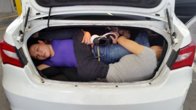 來自中國的四名偷渡客試圖從美墨邊境檢查站入境美國。(CBP提供)