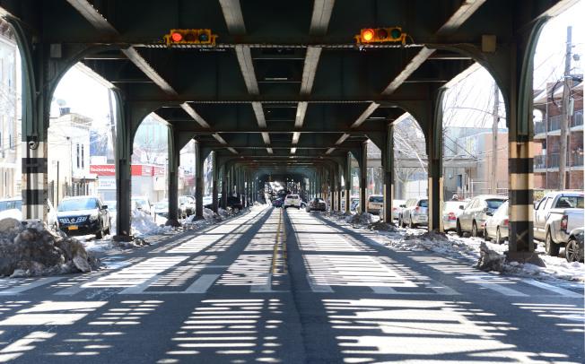 阿斯托利亞對外交通便捷,主幹道31街到皇后區廣場,分別與皇后大橋及傑克遜大道(Jackson Ave)連接曼哈頓和布碌崙,上方為N和W地鐵戶外線。(記者許振輝/攝影)