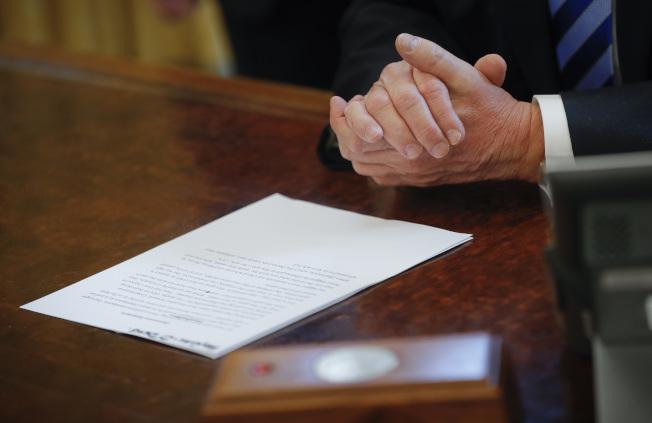 川普遭遇挫敗後,照本宣讀聲明。(美聯社)