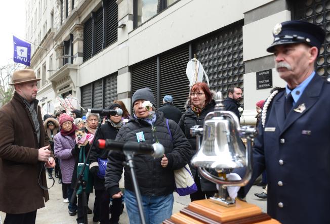 紀念三角衣廠大火106周年,大紐約地區車衣工人代表等24日在曼哈頓華盛頓街與格林街交口的原衣廠大樓舉行紀念會,並為146位罹難者鳴鐘獻花,祈求悲劇不再重演。(記者許振輝/攝影)