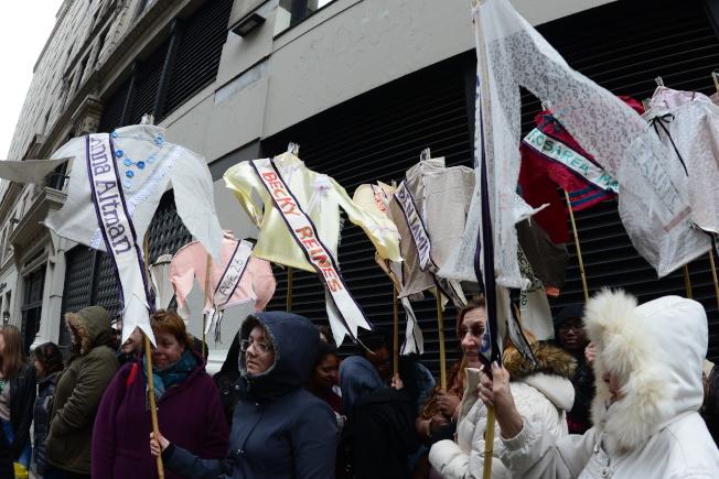 紀念三角衣廠大火106周年,大紐約地區車衣工人代表在曼哈頓原衣廠大樓舉行紀念會,與會者舉著一件件女性襯衫,註明喪生女工的名字及年齡。(記者許振輝/攝影)