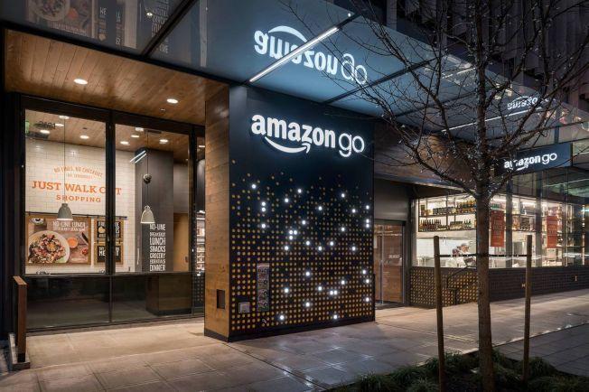 亞馬遜開超商「Amazon Go」,標榜利用智慧偵測、線上扣款,而且不用排隊,商店商品拿了就走。(圖取自Amazon官網)</p> <p>