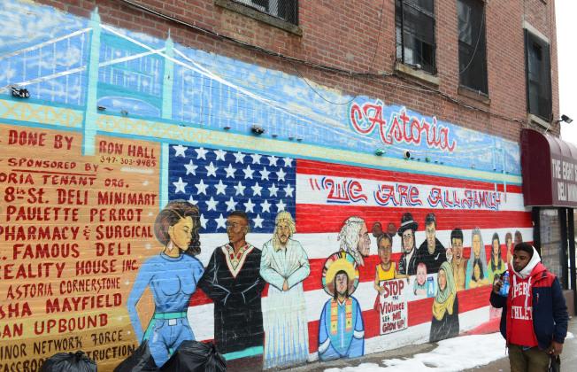 阿斯托利亞西北角、鄰東河岸,阿斯托利亞大道與Vernon Blvd交口附近,有一片特有的塗鴉區,只要牆壁的主人同意,藝術家可以盡情發揮,圖為「我們是一家人」,強調不同族裔當和諧相處。(記者許振輝/攝影)