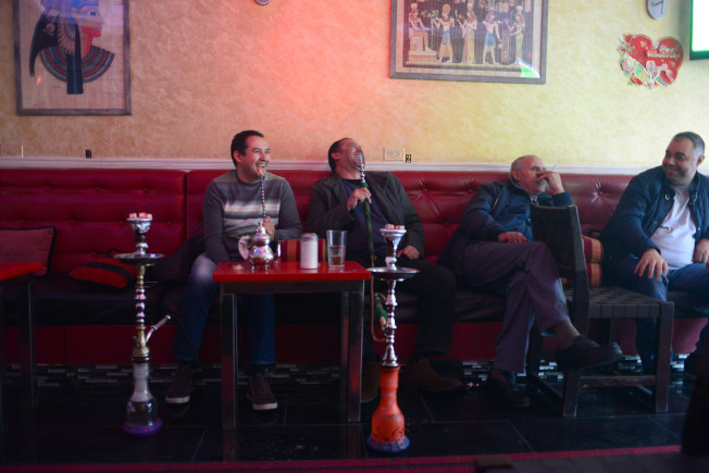 阿斯托利亞居民在史坦威街上的水煙館享受水煙吞煙吐霧。(記者許振輝/攝影)