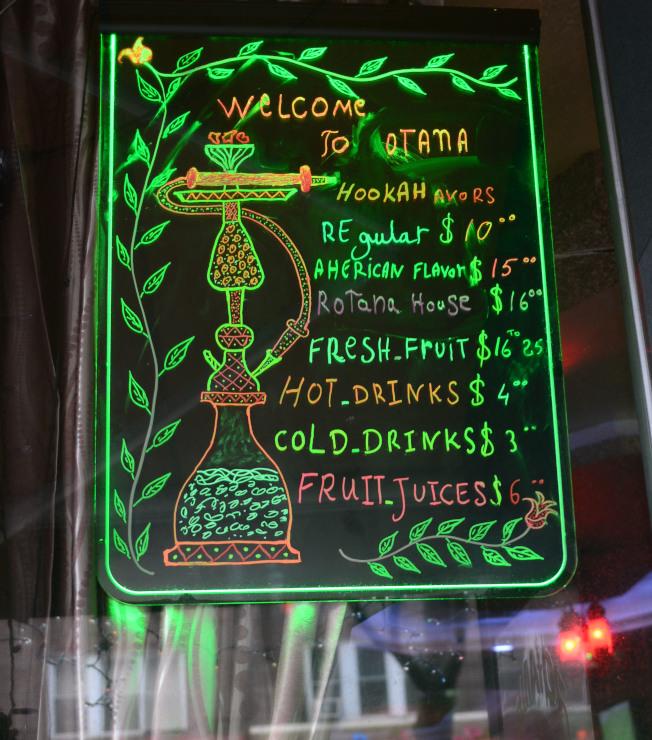 史坦威街上水煙館的價目表,註明各種口味。(記者許振輝/攝影)