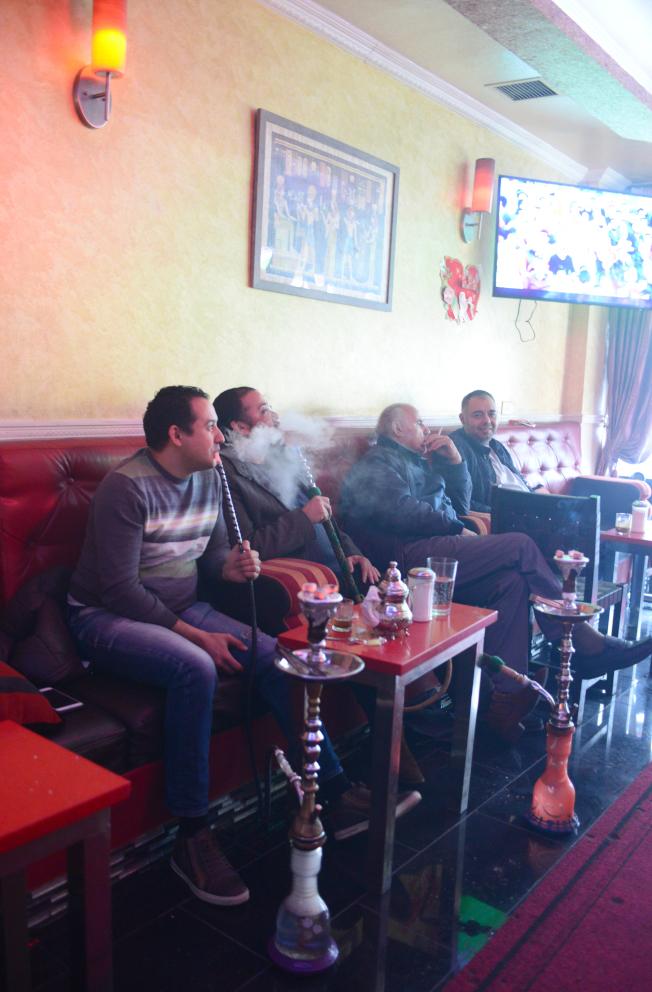 阿斯托利亞居民在史坦威街上的水煙館享受水煙,邊觀看足球賽。(記者許振輝/攝影)