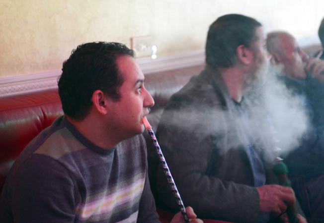 阿斯托利亞居民在史坦威街上的水煙館吞煙吐霧。(記者許振輝/攝影)