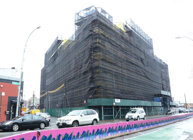 阿斯托利亞藉著鄰東河與曼哈頓相望的優勢,水岸住宅興起,位於Vernon Blvd上的「Vernon Towers」正在興建中。(記者許振輝/攝影)
