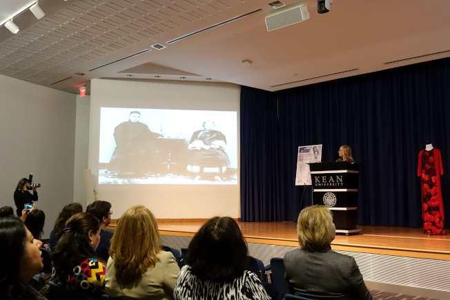 時裝歷史學家瓦萊麗‧斯蒂爾,講述中國各個朝代人們的不同著裝風格。(記者謝哲澍/攝影)