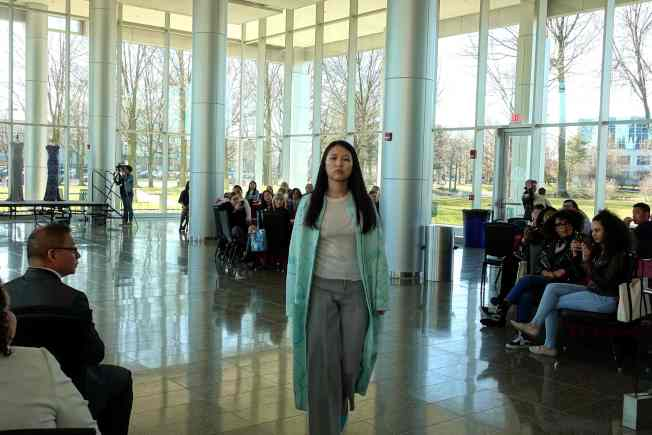 來自中美的肯恩大學學生走時裝秀,共同展出中國優秀服裝設計作品。(記者謝哲澍/攝影)