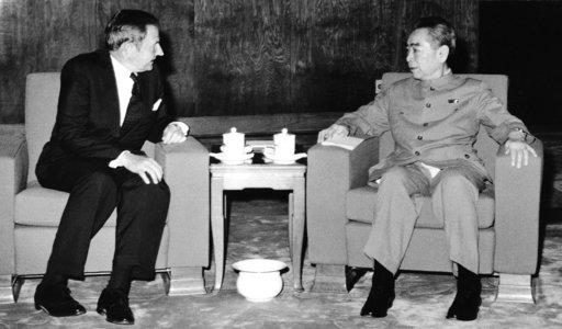 圖為1973年6月大衛•洛克斐勒(左)與中國總理周恩來在北京會面。美聯社檔案照片