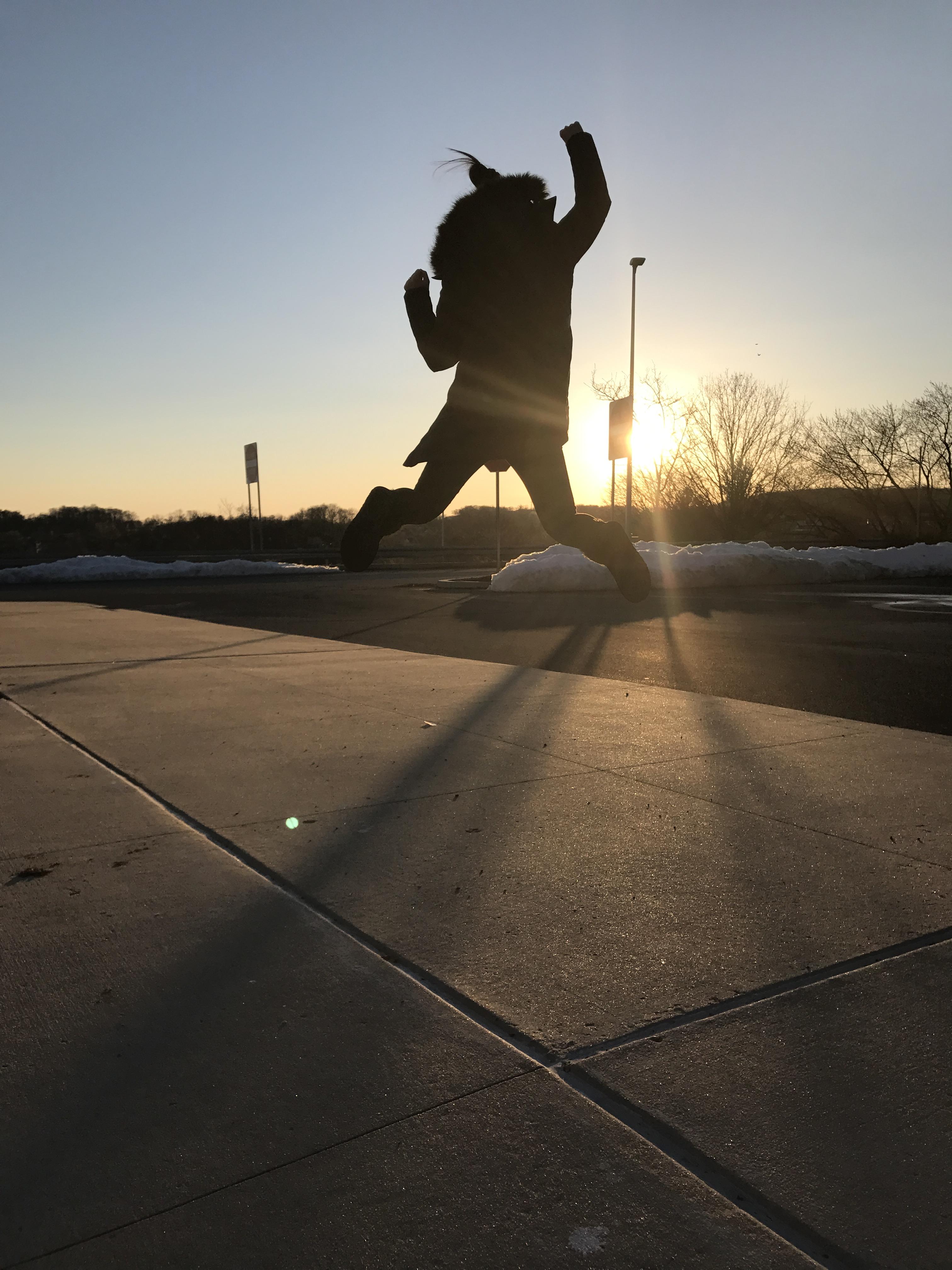 侯佳恢復自由,在法庭外跳躍起來擁抱夕陽。( 侯建利提供)
